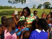 Kakenya Ntaiya siendo recibida por las niñas de su escuela.