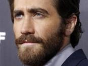 """Los jóvenes que llevan sobreros """"pork-pie"""", cuellos de punto y visten con estilo en colores apagados están llenando las salas de espera de las consultas médicas por otra nueva tendencia: los sofisticados de Brooklyn buscan trasplantes de barba. En la imagen de archivo el actor Jake Gyllenhaal llega al estreno de su película """"End of Watch"""" en Los Ángeles el 17 de septiembre de 2012. REUTERS/Fred Prouser"""