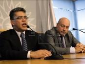 El ministro de Exteriores de Venezuela, Elías Jaua (i), ofrece una rueda de prensa junto al secretario de Presidencia de Uruguay, Homero Guerrero (d), en la residencia presidencial de Suárez, en Montevideo (Uruguay). EFE