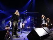 """La cantante estadounidense Madonna (i) presenta a las integrantes de la banda rusa feminista de punk rock Pussy Riot (d), durante un concierto de Amnistía Internacional """"Bringing Human Rights Home"""" (Trayendo los derechos humanos a casa) el 5 de febrero de 2014, en el Barclays Center en Brooklyn, Nueva York (EEUU). EFE/Archivo"""