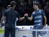El tenista Roger Federer, que ha ganado cinco veces el torneo de Dubái, se impuso el jueves a Lukas Rosol y garantizó una suculenta semifinal contra Novak Djokovic en esta edición. En la imagen, Djokovic y Federer se saludan tras un partido en el O2 Arena en Londres, el 5 de noviembre de 2013. REUTERS/Eddie Keogh