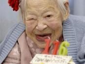 Misao Ohkawa, una japonesa que se cree que es la persona de mayor edad del mundo, cumplió el miércoles 116 años y lo celebró comiendo un pastel blanco decorado con fresas y velas. La mujer atribuye a su longevidad tener un apetito saludable y a descansar mucho. En esta imagen de Kyodo, Misao Okawa, la mujer más vieja del mundo, posa con su tarta de cumpleaños en Osaka el 5 de marzo de 2014. REUTERS/Kyodo