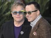 """El cantante británico Elton John (i) y su pareja el productor estadounidense David Furnish (d) posan para los medios a su llegada al estreno en Reino Unido de la película """"Gnomeo y Juliet"""", en la plaza Odeon Leicester de Londres, Inglaterra. EFE/Archivo"""