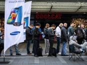 Holandeses hace fila frente a un local de Samsung, en el primer día de ventas del Galaxy S5.