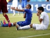 La empresa de póquer 888 ha cancelado su acuerdo de patrocinio con el delantero uruguayo Luis Suárez después de que fuera suspendido durante cuatro meses por morder a un rival durante un partido del Mundial. En la imagen, Suárez (D) se agarra los dientes después de morder al italiano Giorgo Chiellini (I) durante el enfrentamiento entre los dos equipos en el Mundial 2014 en el Arena Dunas, en Natal, el 25 de junio de 2014. REUTERS/Tony Gentile