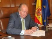 El presidente del Gobierno español, Mariano Rajoy, anunció el lunes la abdicación del rey Juan Carlos después de casi cuatro décadas al frente de la jefatura del Estado, lo que abre la puerta a la sucesión de su hijo Felipe de Borbón al frente de la Corona. En la imagen, el rey Juan Carlos firma su abdicación en el Palacio de la Zarzuela el 2 de junio de 2014. REUTERS/Casa Real