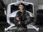 Un soldado de las Fuerzas Especiales Libanesas hace guardia frente a un helicóptero Huey IIs en el aeropuerto internacional de Rafik Hariri en Beirut, Líbano. EFE/Archivo