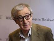 """Amazon.con Inc dijo el martes que contrató al cineasta Woody Allen para escribir y dirigir una nueva serie de televisión para su servicio de transmisión online. En la imagen, Allen llega al estreno de """"Magia a la luz de la luna"""" en Nueva York, en una fotografía de archivo tomada el 18 de julio de 2014.  REUTERS/Lucas Jackson"""