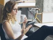 Mujer-con-tablet-leyendo