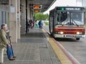 Santiago Mazzarovich/ URUGUAY/ MONTEVIDEO/ Mañana miércoles 3 de diciembre se cumplen dos años de la inauguración del Corredor Garzón. Un día antes, el 2, recorrimos partes del Corredor en un ómnibus de la línea G de CUTCSA, de la Terminal de Colón y el tramo en tren desde Colón hasta La Paz.  En la foto: Pasajeros en la Terminal Colón. Foto: Santiago Mazzarovich. 20141202 día martes.