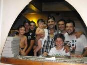 El pizzero Néstor Blanco (centro, con su hijo en brazos), en el local donde celebró su fortuna. Foto: Luis Pérez