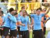 BOL16- LA PAZ (BOLIVIA).- 08/10/2015.- Los jugadores de Uruguay celebran el triunfo 2-0 ante Bolivia hoy, jueves 8 de octubre de 2015, durante el partido por las eliminatorias sudamericanas del Mundial Rusia 2018, que se disputa en el estadio Hernando Siles de La Paz. EFE/Jorge Abrego