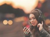 Mujer-escuchando-música-en-el-celular